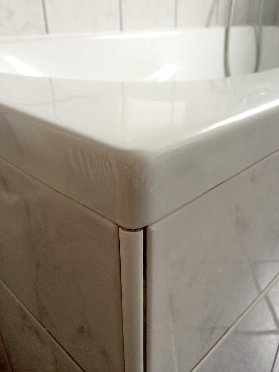 Die abgeschlagene Ecke der Badewanne ist repariert und sieht aus wie neu